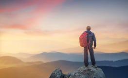 Silueta de un escalador de roca en el fondo del valle de la montaña fotografía de archivo libre de regalías
