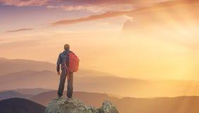 Silueta de un escalador de roca en el fondo del valle de la montaña foto de archivo libre de regalías