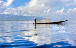 Silueta de un fishersboat tradicional en el lago Inle en Myanmar imágenes de archivo libres de regalías