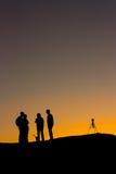 Silueta de un fotógrafo en la puesta del sol Fotos de archivo libres de regalías