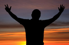 Silueta de un hombre con la acción durante salida del sol fotografía de archivo libre de regalías