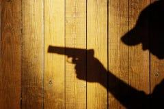 Silueta de un hombre con una arma de mano Foto de archivo