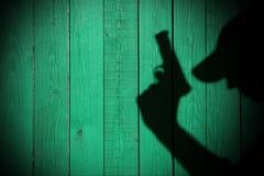 Silueta de un hombre con una arma de mano, imagen de XXXL Fotos de archivo
