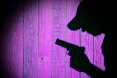 Silueta de un hombre con una arma de mano, imagen de XXXL Foto de archivo libre de regalías