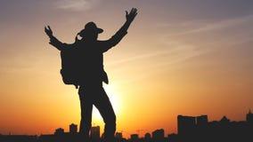 Silueta de un hombre con una mochila contra puesta del sol brillante del cielo almacen de metraje de vídeo