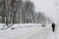 Silueta de un hombre durante una tormenta de la nieve Fotografía de archivo libre de regalías