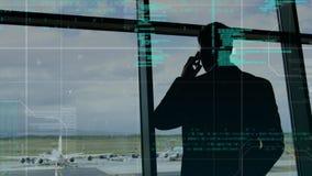 Silueta de un hombre en un aeropuerto almacen de metraje de vídeo