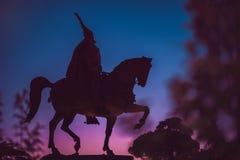 Silueta de un jinete en un caballo Monumento de Skanderbeg adentro Imagen de archivo