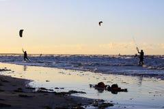 Silueta de un kitesurf Fotos de archivo libres de regalías