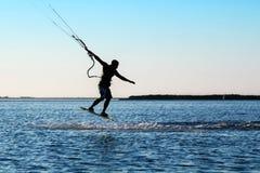 Silueta de un kitesurfer fotos de archivo