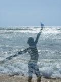 Silueta de un muchacho del Afro en la playa Fotos de archivo
