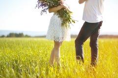 Silueta de un par cariñoso en un prado del verano fotos de archivo libres de regalías