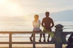 Silueta de un par en amor en la puesta del sol Imágenes de archivo libres de regalías