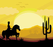 Silueta de un paseo del hombre un caballo durante puesta del sol Imagen de archivo