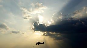 Silueta de un pequeño aeroplano Imágenes de archivo libres de regalías
