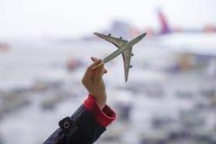 Silueta de un pequeño modelo del aeroplano en aeropuerto Imágenes de archivo libres de regalías