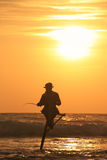 Silueta de un pescador en la puesta del sol, Unawatuna, Sri Lanka Foto de archivo
