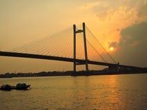 Silueta de un puente durante puesta del sol Imágenes de archivo libres de regalías