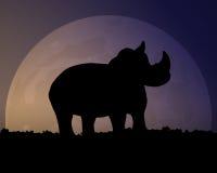 Silueta de un rinoceronte en el fondo de la luna Cielo nocturno mágico Fotografía de archivo