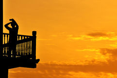 Silueta de un selfie joven del adolescente en el mirador durante salida del sol Foto de archivo libre de regalías
