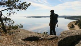 Silueta de un turista masculino joven que toma imágenes con un smartphone por la tarde en una aventura el vacaciones metrajes