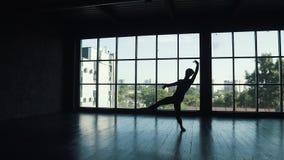 Silueta de un varón del bailarín de ballet contra la perspectiva de una ventana grande el bailarín hace un salto de altura Cámara almacen de video