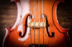 Silueta de un violín en fondo negro Foto de archivo