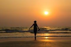 Silueta de una chica joven hermosa en puesta del sol en la India, Goa, AR Foto de archivo libre de regalías