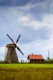 Silueta de una granja, de una casa y de un molino de viento Imagen de archivo