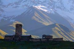 Silueta de una iglesia vieja en el pueblo de Ushguli Imágenes de archivo libres de regalías