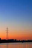 Silueta de una línea de transmisión de potencia ayuda Fotos de archivo libres de regalías
