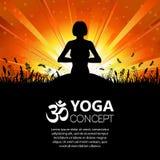 Silueta de una muchacha en actitud de la yoga Imagen de archivo