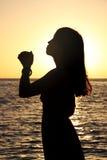 Silueta de una muchacha en la playa Imagen de archivo libre de regalías