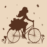 Silueta de una muchacha en una bici en tonos marrones Imagenes de archivo