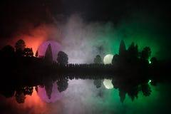 Silueta de una muchedumbre grande de gente en bosque en la noche que mira en la Luna Llena grande de levantamiento Fondo adornado Foto de archivo