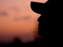 Silueta de una mujer joven que se relaja fotos de archivo