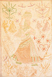 Silueta de una mujer que lleva el agua en un jarro en un fondo de la alfombra hecha a mano Fotos de archivo