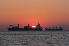 Silueta de una nave que se va para navegar Foto de archivo libre de regalías