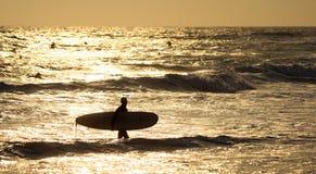 Silueta de una persona que practica surf Foto de archivo libre de regalías