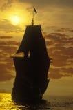 Silueta de una reproducción del Mayflower en la puesta del sol, Plymouth, Massachusetts Imagen de archivo