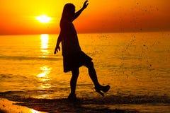 Silueta de una señora que salpica el agua Foto de archivo libre de regalías