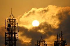 Silueta de una torre en subida del sol de la madrugada Foto de archivo