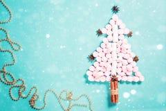 Silueta del árbol de abeto de las melcochas rosadas en fondo azul Fotos de archivo libres de regalías