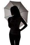 Silueta del adolescente con el paraguas Foto de archivo