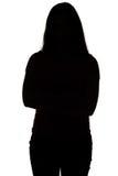 Silueta del adolescente con los brazos cruzados Foto de archivo libre de regalías