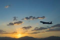 Silueta del aeroplano del aterrizaje en el amanecer Imagenes de archivo