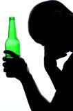 Silueta del alcohol de consumición del hombre imagen de archivo libre de regalías