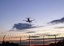 Silueta del aterrizaje de aviones imágenes de archivo libres de regalías