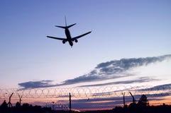 Silueta del aterrizaje de aviones fotografía de archivo