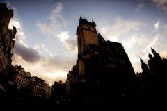 Silueta del ayuntamiento viejo en la vieja plaza Praga, checa con referencia a Fotografía de archivo libre de regalías